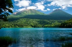 japon_hokkaido_lac_et_montagne_shorin_fotolia